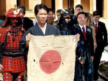 Sensei con el primer Hi-No-Maru traído por los inmigrantes japoneses