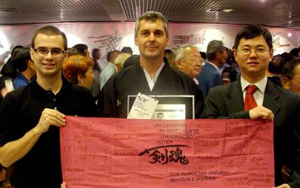 Sempai Ricardo Lopes com o Taoru assinado pelos alunos do Niten Goiânia e Brasília no dia do Encontro.